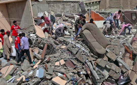 Lén xây thêm tầng, chung cư bị sập vùi chết 14 người - Ảnh 1.