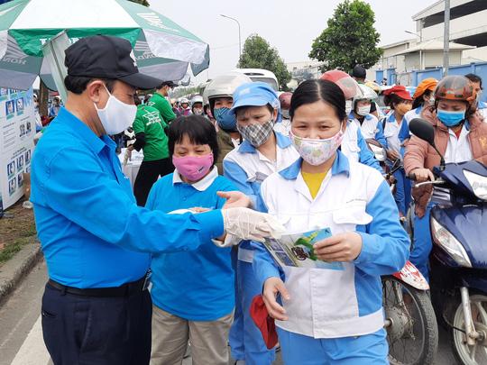 Hà Nội: Phát miễn phí 30.000 khẩu trang vải cho công nhân - Ảnh 1.