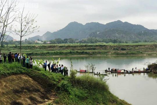 Chồng tử vong, vợ đang mất tích khi lật thuyền đánh cá trên sông Mã - Ảnh 1.