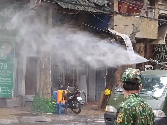 CLIP: Binh chủng Hoá học phun tiêu độc khử trùng tại phố Trúc Bạch - Ảnh 8.