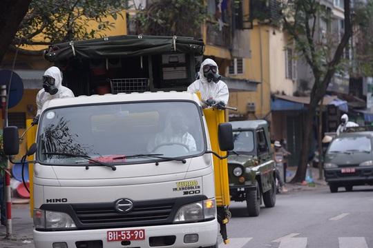 CLIP: Binh chủng Hoá học phun tiêu độc khử trùng tại phố Trúc Bạch - Ảnh 2.