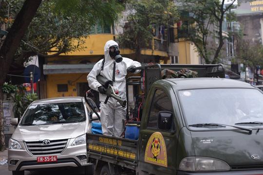 CLIP: Binh chủng Hoá học phun tiêu độc khử trùng tại phố Trúc Bạch - Ảnh 5.