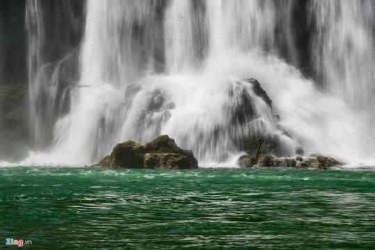 Cận cảnh vẻ đẹp như xứ tiên ở thác Bản Giốc - Ảnh 3.
