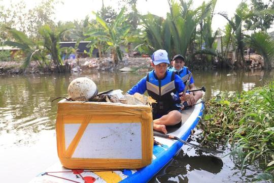 Chèo SUP vớt rác trên sông, tuyên truyền người dân không xả rác - Ảnh 3.