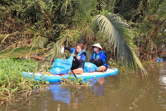 Chèo SUP vớt rác trên sông, tuyên truyền người dân không xả rác - Ảnh 5.