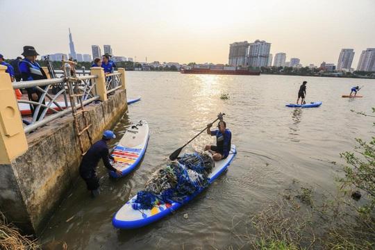 Chèo SUP vớt rác trên sông, tuyên truyền người dân không xả rác - Ảnh 2.