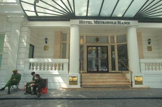 CLIP: Khách sạn 5 sao Metropole cùng nhiều khách sạn hạng sang khác bị rà soát vì Covid-19 - Ảnh 1.