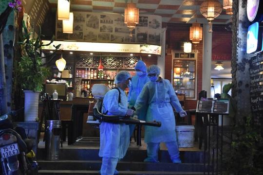 Phong tỏa khách sạn, nhà hàng nơi nữ du khách Anh nhiễm Covid-19 ghé đến - Ảnh 2.