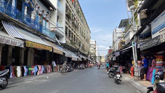 Thực hiện Chỉ thị cách ly toàn xã hội, nhiều khu chợ, đường phố lớn vắng người - Ảnh 1.