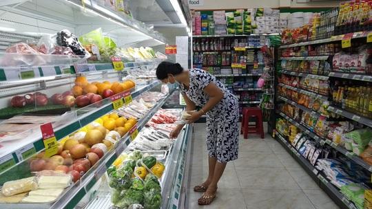 TP HCM: Chợ, siêu thị vắng hoe trong ngày đầu cách ly toàn xã hội - Ảnh 4.