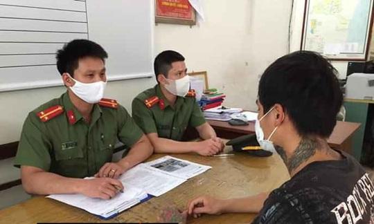 Tung tin hút thuốc lá điện tử chống Covid-19, nam thanh niên bị phạt 12,5 triệu đồng - Ảnh 1.