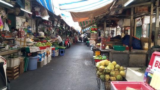 TP HCM: Chợ, siêu thị vắng hoe trong ngày đầu cách ly toàn xã hội - Ảnh 1.