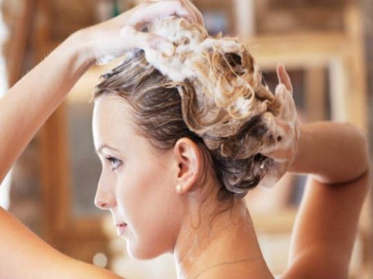 8 sai lầm cực dễ mắc khi gội đầu khiến tóc bị hư tổn - Ảnh 1.