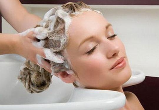 8 sai lầm cực dễ mắc khi gội đầu khiến tóc bị hư tổn - Ảnh 2.