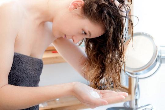 8 sai lầm cực dễ mắc khi gội đầu khiến tóc bị hư tổn - Ảnh 7.