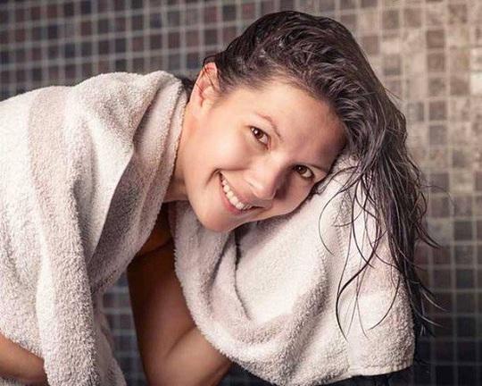 8 sai lầm cực dễ mắc khi gội đầu khiến tóc bị hư tổn - Ảnh 8.