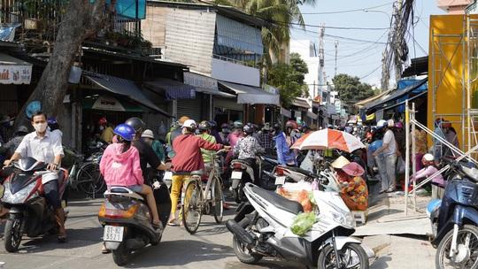 Thực hiện Chỉ thị cách ly toàn xã hội, nhiều khu chợ, đường phố lớn vắng người - Ảnh 13.