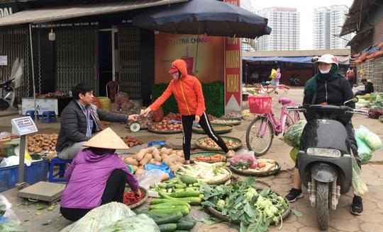 Hàng hoá đầy chợ, siêu thị trong ngày đầu cách ly toàn xã hội - Ảnh 1.