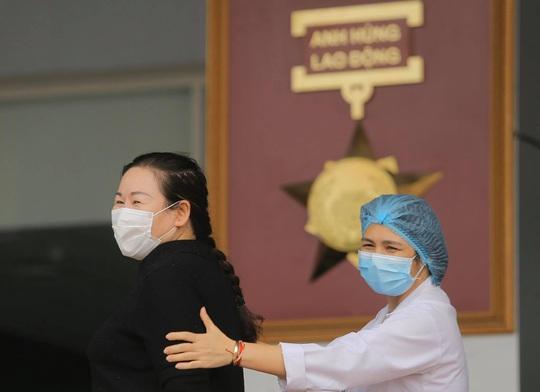 Nữ điều dưỡng Bệnh viện Bạch Mai cùng 8 bệnh nhân Covid-19 được công bố khỏi bệnh - Ảnh 14.
