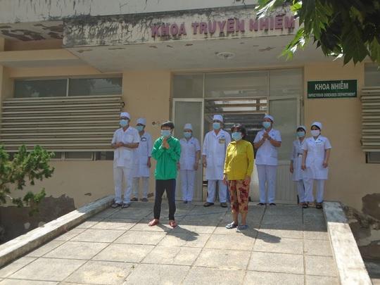 Vỡ òa niềm vui khi 2 bệnh nhân Covid-19 cuối cùng ở Bình Thuận xuất viện - Ảnh 2.