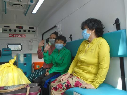Vỡ òa niềm vui khi 2 bệnh nhân Covid-19 cuối cùng ở Bình Thuận xuất viện - Ảnh 3.