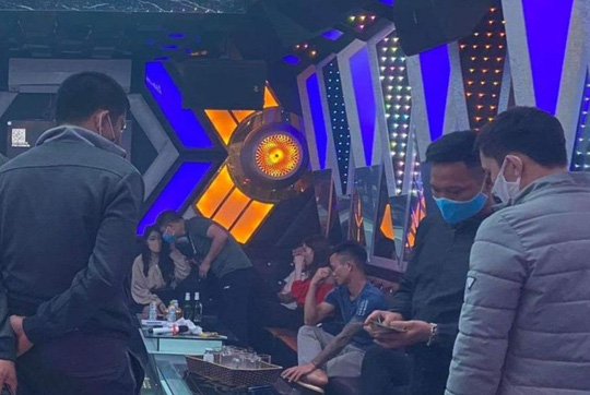 11 thanh niên mở tiệc sinh nhật bằng ma túy, thác loạn tập thể trong quán karaoke - Ảnh 1.