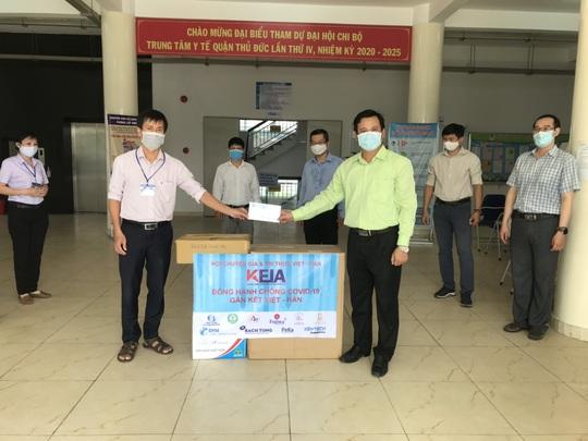 Hội Chuyên gia trí thức Việt Nam-Hàn Quốc hỗ trợ y bác sĩ tại Trung tâm Y tế quận Thủ Đức - Ảnh 1.