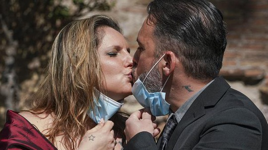 Cặp đôi hạnh phúc kết hôn khi nước Ý đang phong tỏa vì dịch Covid-19 - Ảnh 1.
