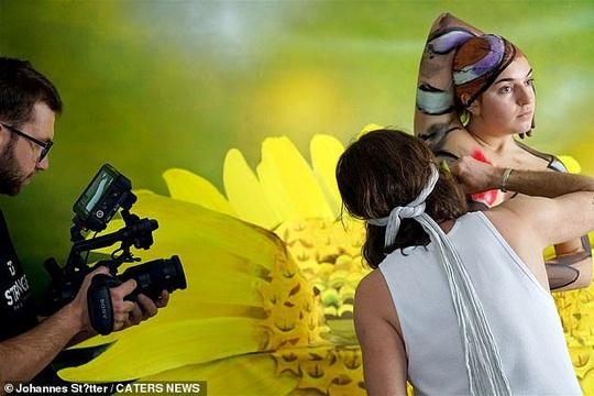 Biến người mẫu khỏa thân thành... bươm bướm - Ảnh 6.