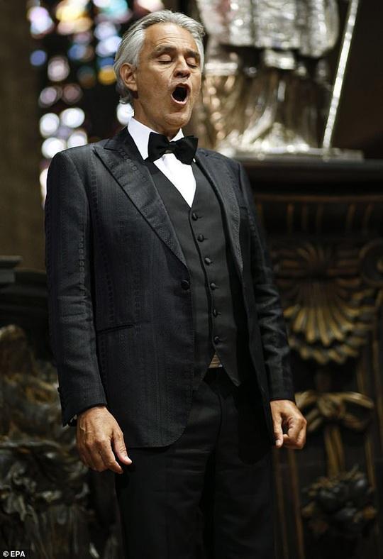 Danh ca khiếm thị Andrea Bocelli khiến hàng triệu người xúc động - Ảnh 2.