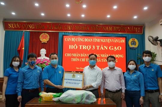 Công đoàn hỗ trợ gạo cho khu dân cư đang cách ly do dịch Covid-19 - Ảnh 1.