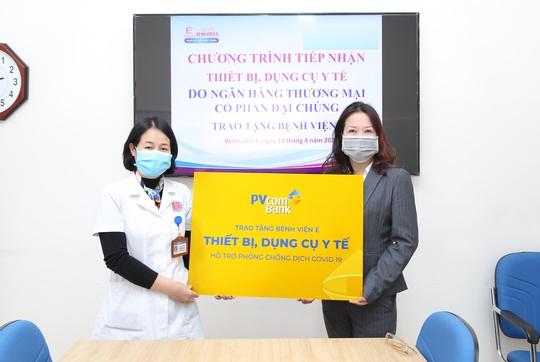 PVcomBank tài trợ vật tư y tế cho bệnh viện chống dịch Covid-19 - Ảnh 1.
