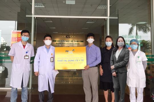 PVcomBank tài trợ vật tư y tế cho bệnh viện chống dịch Covid-19 - Ảnh 3.
