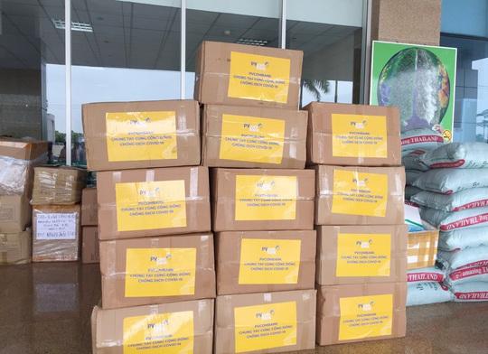 PVcomBank tài trợ vật tư y tế cho bệnh viện chống dịch Covid-19 - Ảnh 2.