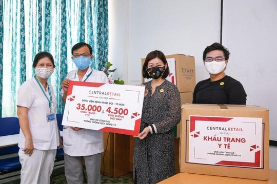 Central Group tặng 70.000 khẩu trang y tế và 9.000 kính chống giọt bắn cho bệnh viện - Ảnh 1.