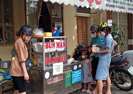 Ngày đầu bán hàng ăn uống mang về ở Đà Nẵng: Khó giữ khoảng cách 2m - Ảnh 4.