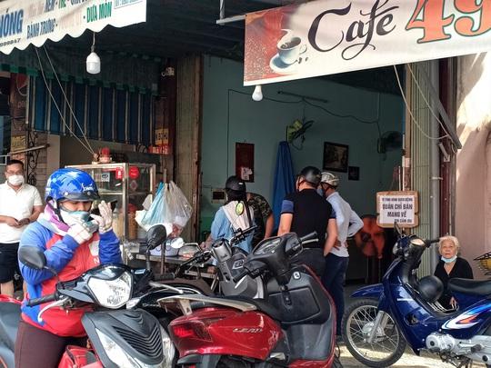 Ngày đầu bán hàng ăn uống mang về ở Đà Nẵng: Khó giữ khoảng cách 2m - Ảnh 6.