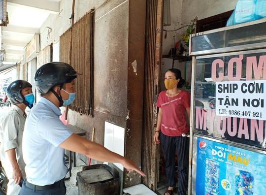 Ngày đầu bán hàng ăn uống mang về ở Đà Nẵng: Khó giữ khoảng cách 2m - Ảnh 7.