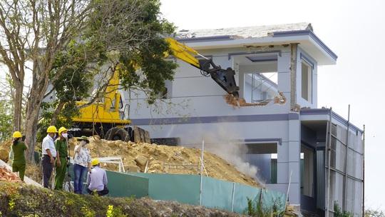 Tháo dỡ biệt thự không phép của Công ty Cáp Treo Vũng Tàu - Ảnh 1.