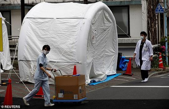 Covid-19 ở Nhật: Bệnh nhân sốt, khó thở bị 80 bệnh viện từ chối - Ảnh 1.