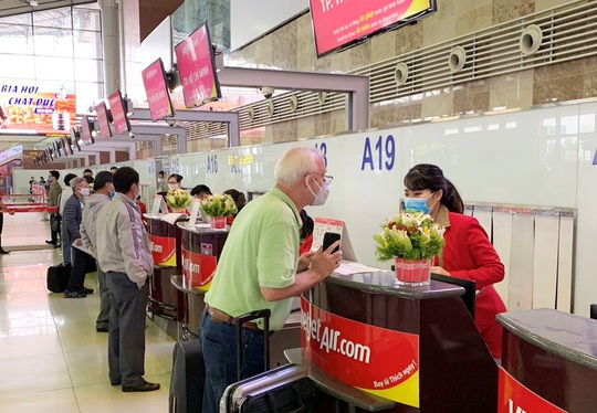 Ít khách, giá vé máy bay vẫn tăng cao - Ảnh 1.