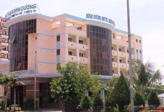 Đang di dời, khách sạn bên bờ biển Quy Nhơn vẫn cải tạo, sửa chữa - Ảnh 2.