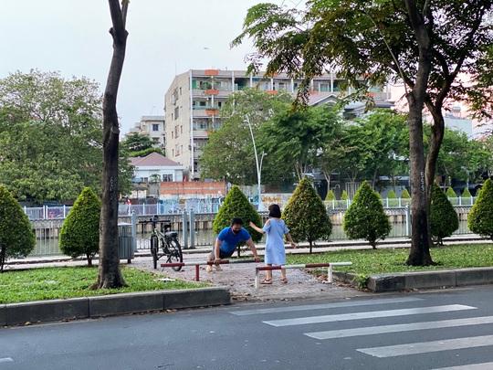 Cận cảnh sáng sớm ngày thứ 2 cách ly xã hội dọc kênh Nhiêu Lộc - Thị Nghè - Ảnh 1.