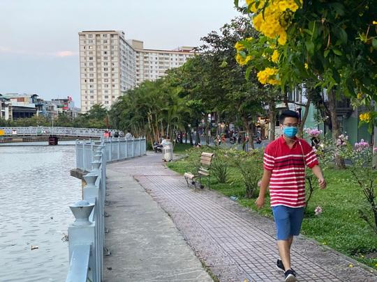 Cận cảnh sáng sớm ngày thứ 2 cách ly xã hội dọc kênh Nhiêu Lộc - Thị Nghè - Ảnh 4.