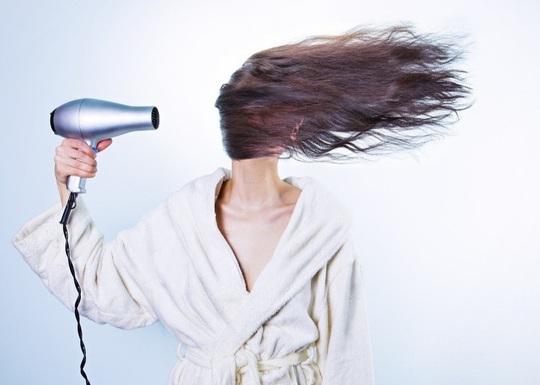 8 thói quen vô tình phá hủy mái tóc của bạn - Ảnh 3.