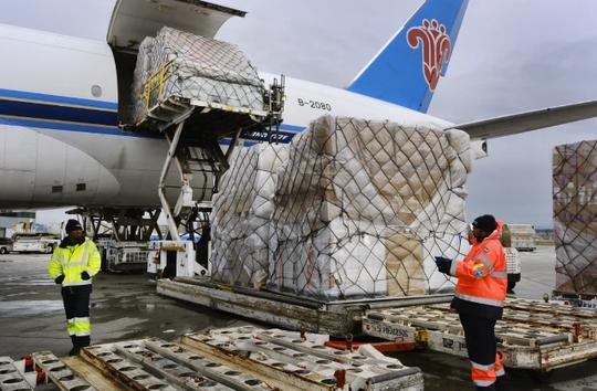 Đến Trung Quốc lấy vật tư y tế, nhiều máy bay về không - Ảnh 2.