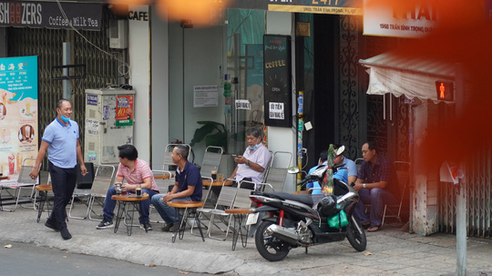 Hàng quán ở TP HCM bắt đầu đón khách trong ngày đầu nới lỏng cách ly xã hội - Ảnh 4.