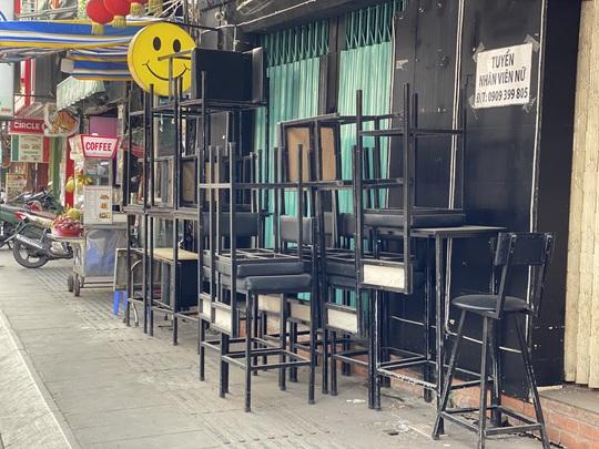 Hàng quán ở TP HCM bắt đầu đón khách trong ngày đầu nới lỏng cách ly xã hội - Ảnh 6.