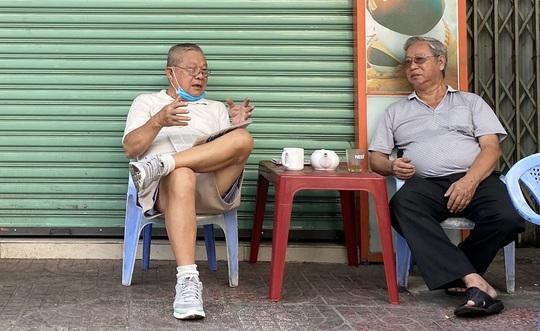 Hàng quán ở TP HCM bắt đầu đón khách trong ngày đầu nới lỏng cách ly xã hội - Ảnh 2.
