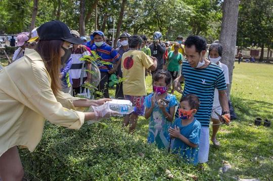 27 triệu người Thái Lan thất nghiệp, xếp hàng dài nhận thực phẩm miễn phí - Ảnh 3.